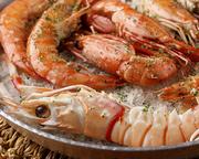 天使の海老やスカンピ海老などなどをハーブ風味の岩塩でオーブン焼き。焼き上げの香りがたまりません。