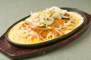 【手造りスパゲッティ RUCCI】の看板メニュー。たっぷりの野菜と牛ミンチ、トマトを煮込んでつくったあんかけソースは濃厚ながら優しい味わい。麺の下の薄焼き玉子がソースに良く合う、ボリューム満点の逸品。