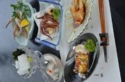 一匹丸茹で、刺身、サラダ、茹で、天ぷら、唐揚げ、シャブシャブ等。たこずくしコース 3,240円、タコミニコース1,944円もあります。師崎、大井で揚がった真ダコです。身は柔らかくてとっても美味しいですよ。