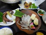 一匹のアオリイカを各部位ごとにいろいろな料理でお出ししています。 少し時間がかかるのでご予約をお願いします。