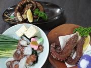 豊浜漁港で揚がる今が旬のアナゴです。 酢の物、シャブシャブ、焼、蒸し、刺身、てんぷら、煮つけ等、9品くらいのお料理です。