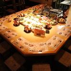 旬の食材を囲むコの字のカウンター席で目で見て注文出来る。