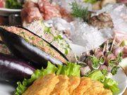 コの字型に囲まれたカウンターの中央に山に盛られた食材を是非ごらんください。