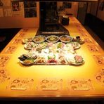 旬の食材を囲むコの字型のカウンター席