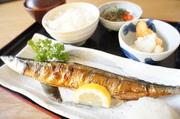 (焼き魚、ご飯、赤だし、小鉢、コーヒー又はソフトドリンク)