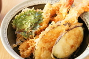 山に盛られた天ぷらに小鉢が付いてボリューム満点!(天丼、ご飯、赤だし、小鉢、ソフトドリンク)