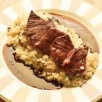 秘伝のタレでさっと焼き上げた「近江牛」をこだわりの平蔵米で旨味を閉じ込めました。