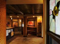 装飾された窓と、和のインテリアが雰囲気を醸し出しています