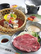 シャブシャブに刺身と贅沢な組み合わせ。季節によって変わるカゴ盛りは、まさに目で楽しむ和食。