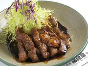 今話題のご当地メニュー。和風テイストでふんわりやわらかな肉に仕上がってます。(写真は単品:800円)