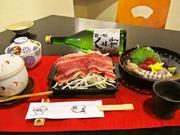 口取り、茶碗蒸し、お造り、和牛すき焼き、揚げ物、留椀、香物、ご飯、デザート