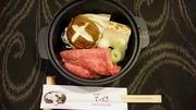 小鉢、和牛すき焼き1人鍋(和牛60g)、生玉子、サラダ、ご飯、香物、赤出汁、フル-ツ