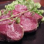 新鮮なエゾ鹿肉を贅沢に厚切りで