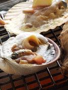 特注のガス火の上で活貝が踊ります。