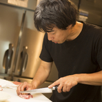 サシと格闘する厨房にあって、お客さんからの声が喜びです
