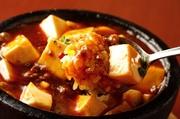 あつあつの石鍋を使い 香ばしいチャーハンの上にとろ~り美味しいマ~ボ~豆腐をかけました 不滅の人気