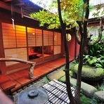 どのお部屋からも眺められる日本庭園をあつらえております