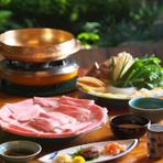 お鍋は店の者が炊かせて頂きます。鶏出汁の上品な味わいをどうぞ