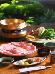 店のものが鍋を炊かせて頂きます。ご接待や会食など、大切な方の御もてなしにもお勧めです