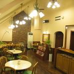 どこかほっこりする温かみのある喫茶スペース
