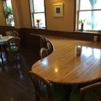 特に奥の大きいテーブルではおひとり様でも気兼ねなく…