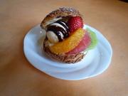 ゼフィール自慢のシュー生地にアイスクリームとフルーツをはさみました☆