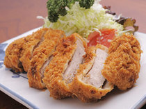 一口食べると肉汁が溢れ出す『ロースカツ定食』
