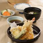 ボリューム満点。昼席の『天ぷら定食』は赤だし・漬物付き