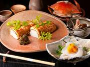 春から夏には鱧寿司、冬にはふぐ鍋など、季節の旬の魚を使った懐石料理です。京野菜が添える味の彩りも楽しめます。