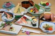 酢の物もピチピチお造りも揚げたてサクサク天婦羅も小鉢(地魚)もにぎり寿司もすべて堪能できるコースです