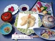 酢の物盛合せ(地蛸、地穴子、地サザエ、地ワカメ、エビ)と揚げたて天婦羅、小鉢(地魚)などの贅沢コース