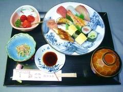 付き出し、にぎり寿司(8ヶ)、赤出汁、季節のフルーツのお手軽セットメニューです!