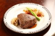 1頭の牛からほんのわずか(3%)しかとれない希少部位です。 とてもやわらかく脂肪の少ない上品な味が特徴です。