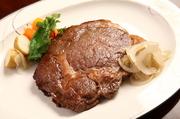 ステーキ用のお肉の中でも最高の肉質です。牛肉の中で「サー」の称号を与えられた部位です。甘味があり ジューシーな霜降りが多いのが特徴です。 大きく300gで焼き、お二人でシェアしてお食べ頂きます。