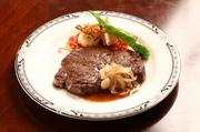 牛フィレ肉の中で中央部分の最も太い部分でフィレ肉 4Kgから600g程度しかとれない希少な最高級部位です。  お二人でシェアしてお食べ頂いても、美味しくお召し上がり頂けます。