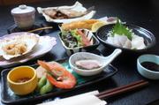 【お得です】 前菜、お刺身2種、煮魚、茶碗蒸し、フライ&サラダ、貝の焼き物、ご飯、汁、漬物、フルーツ。