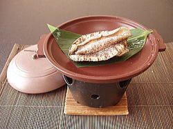 お一人様に「丸かじりアワビ」付き。 お好みに応じて焼き、刺身でご用意します。