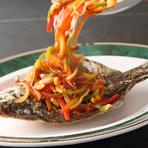 お客様の目の前でソースをかける演出も『魚の甘酢がけ』