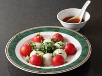 辛めソースが食材の味を引き立てる『胡麻豆腐とトマトの冷菜』