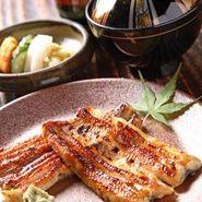 店内奥には、お座敷席も2部屋完備しております。 1部屋に6名様~10名様まで収容でき、2部屋つなげると20名様程ご利用いただけます。グループでのお食事会、団体でのご宴会に是非ご利用ください。