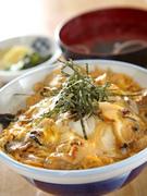 昔から江の島の名物で知られているサザエを使った卵とじ丼です! サザエの食感とふわふわの卵、玉ねぎの甘味が最高の一品です。遊覧亭特製のたれでお召し上がりください。