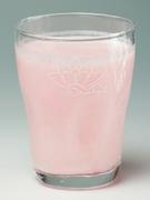 ザクロの香りのかわいいピンク色のラッシー。