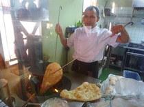 タンドル(インドの炭火窯)でナンを焼いているところ