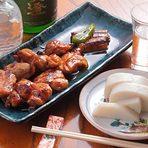 多数あるそば屋の酒肴。かえしにつけた焼鳥はそば屋ならではの味
