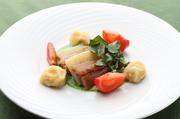 おろしたての鰊を岩塩でマリネし、燻製にした前菜。燻製の香りと筍のみずみずしさが緑のソースに絡みます