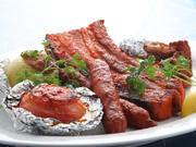 人気のスペアリブ、タンドリーチキン、シークカバブ、トマト、オニオンを盛り込んだリッチな大皿料理。