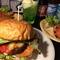 アメリカンな店内でハンバーガーやTEXMEX料理が楽しめる!