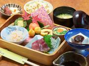 日田杉をくりぬいた弁当で四季に合わせた創作料理でオリジナルの手作りデザート付。女性におすすめの品。