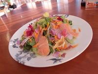 南房総千倉産「キンセンカ」「ストック」「菜の花」の3種類のエディブルフラワー(食用花)を使用。ここでしか食べられない料理のひとつです。