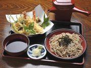 季節の天ぷら、なめこおろし、かしわ(とり肉をやわらかく煮たもの)がトッピングしてあります。